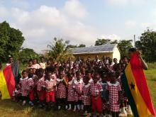 Skype-Conference mit der Joyful Learning School - im Hintergrund das Gebäude mit Solaranlage