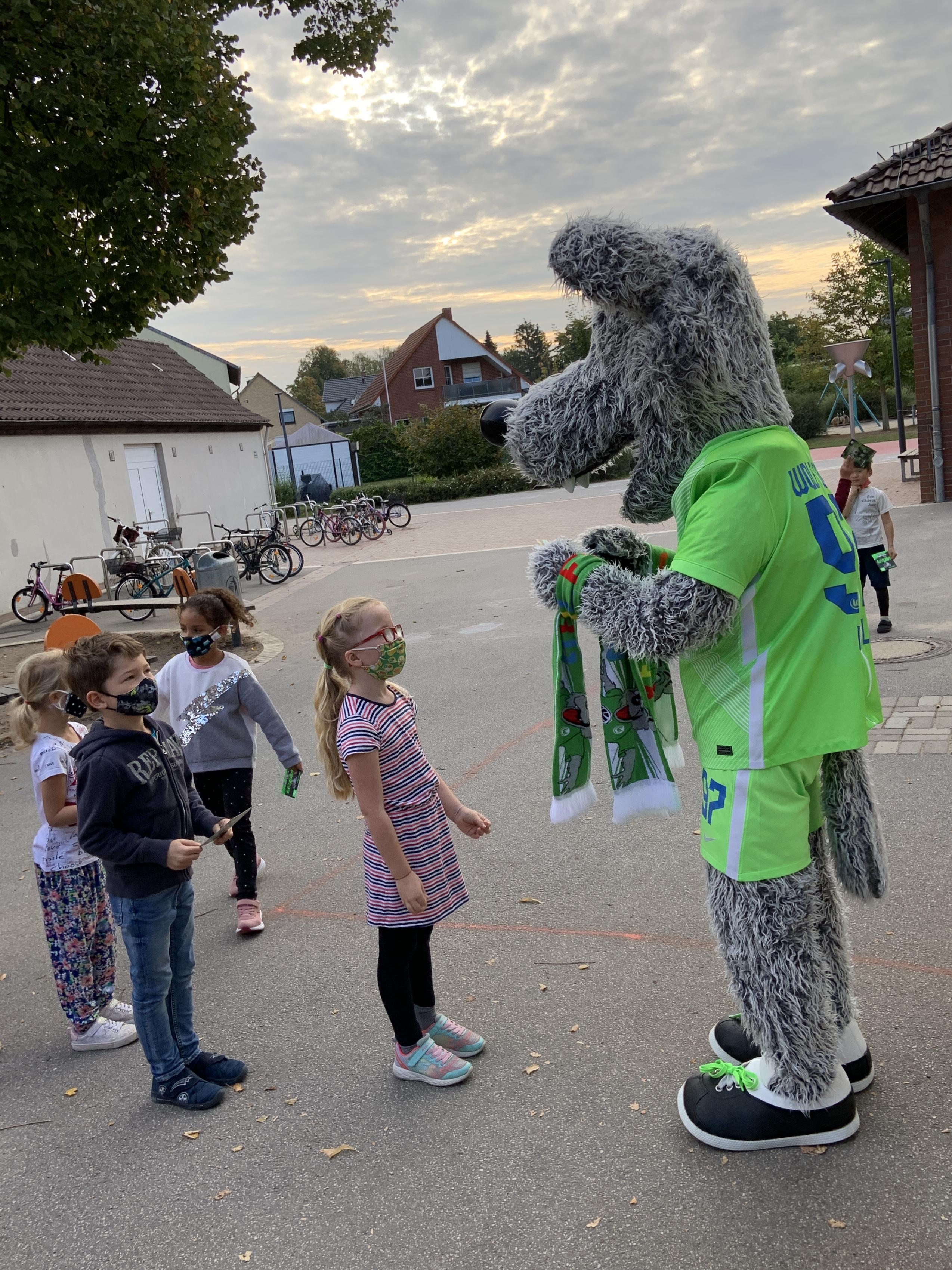 Wölfi besucht unsere Erstklässler